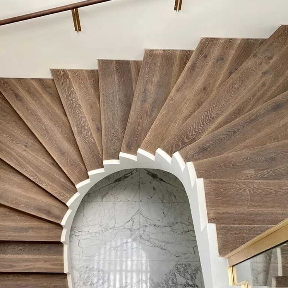 Deski warstwowe naschodach - podłoga Średniowieczny Zamek 1R byBaltic Wood