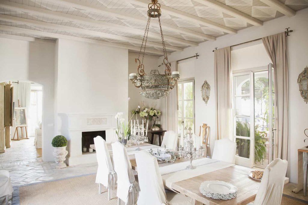 Wnętrze wstylu francuskim - elegancka jadalnia