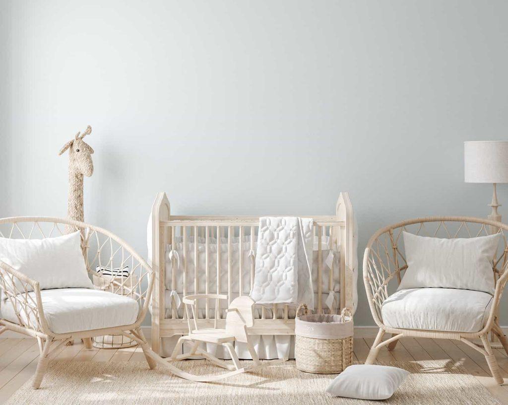 Wyposażenie pokoju niemowlęcia: łóżeczko ifotele, drewno irattan