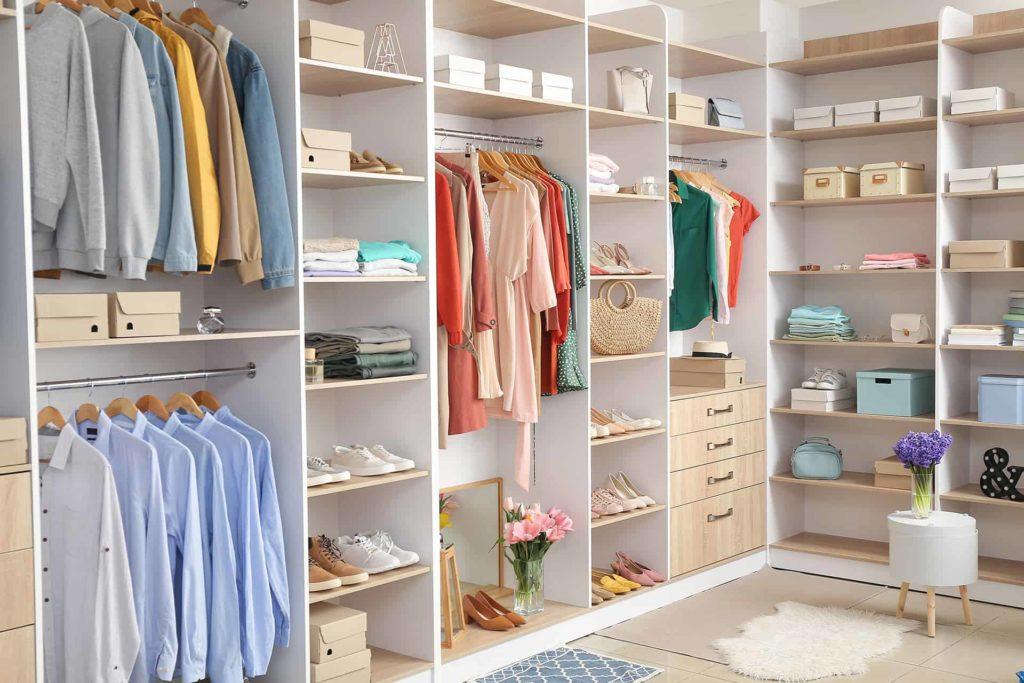 Półki, szuflady, wieszaki ipudełka wgarderobie