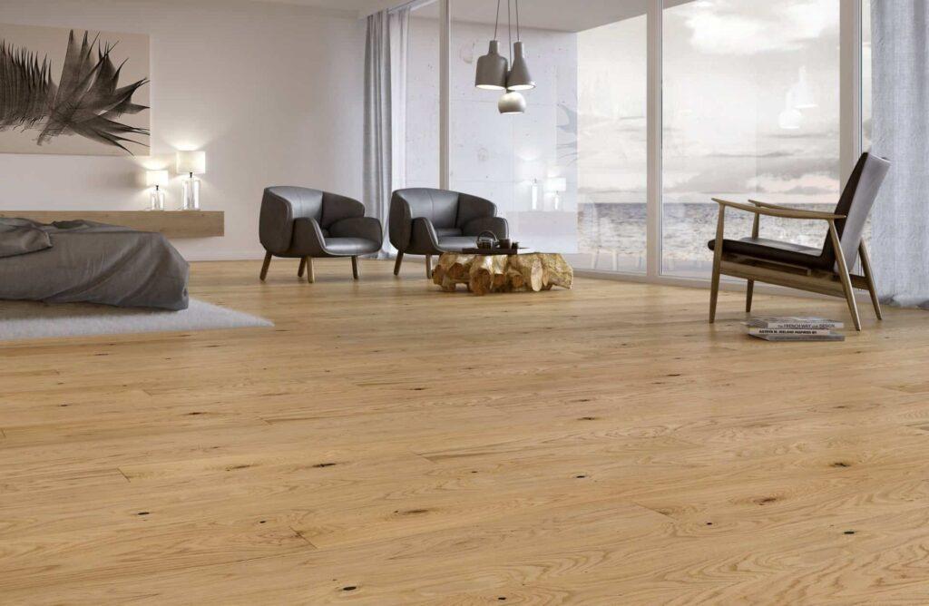 Oryginalny drewniany stolik wewnętrzu - aranżacja Baltic Wood